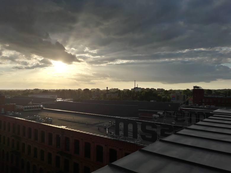 Zachody słońca nad miastem wyglądają z tej wysokości niezwykle spektakularnie.