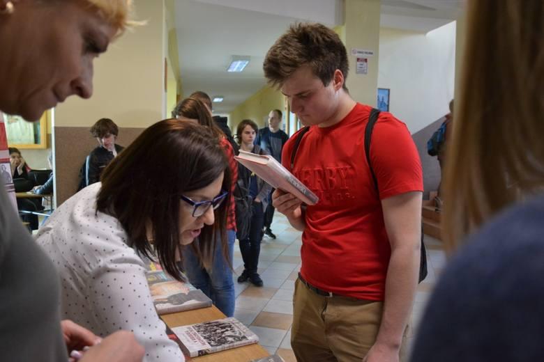 W piątek na zaproszenie bibliotekarzy z Zespołu Szkół  im. R. Traugutta w Lipnie, jastrzębska filia Biblioteki Publicznej Gminy Lipno pochwaliła się