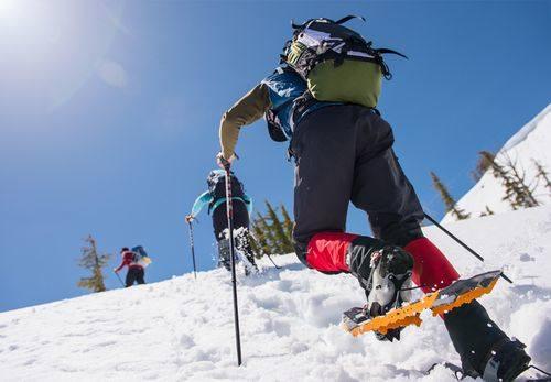 Rakiety Śnieżne. Dzięki nim poczujemy się jak prawdziwy odkrywca zimowych odstępów. Wypożyczalni rakiet szukajmy na Gubałówce. Ich wynajęcie to koszt