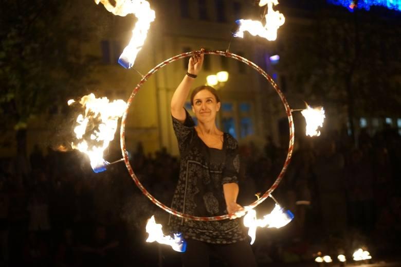 Rynek Kościuszki. Grupa Tancerzy Ognia Czupakabra dała fire show (zdjęcia, wideo)