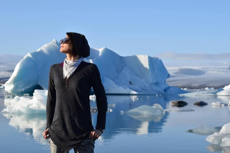 Islandczycy, żyjąc na wyspie wulkanicznej na środku oceanu, na której nierzadko coś się trzęsie albo jest sztorm, nie panikują również w takiej chwili.