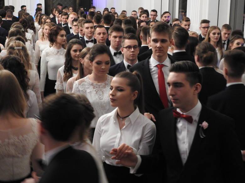 Tegoroczni maturzyści I Liceum Ogólnokształcącego im. Tadeusza Kościuszki bawili się w szkolnej auli. Wśród zaproszonych gości była m.in. wiceprezydent