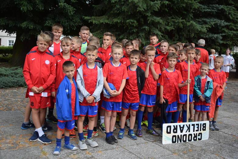 """Wystartował Saller Dobiegniew Cup. Międzynarodowy młodzieżowy turniej piłki nożnej. I to """"z pompą""""!"""