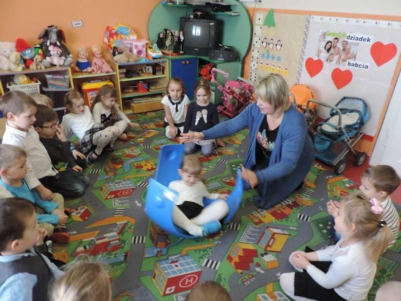 Jednym dzieciom sprzęt służy do rehabilitacji, innym do zabawy.