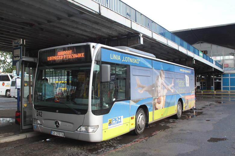 Autobus na lotnisko z Katowic. Mercedes! W 2009 ostatnie kursy wykonywał ze starego placu Szewczyka, bo zaczynała się przebudowa placu i dworca