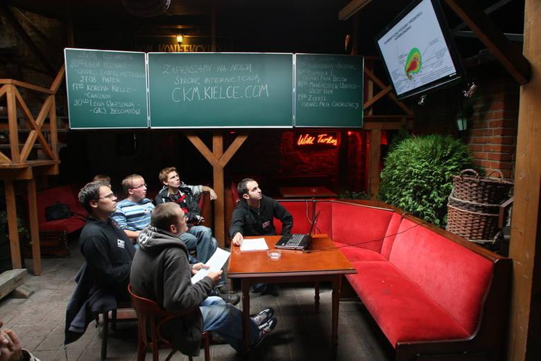 Podczas spotkania łowców burz w kieleckim pubie CKM, swoją wiedzę zainteresowanym prezentował między innymi Rafał Dzik – na zdjęciu przy komputerze.