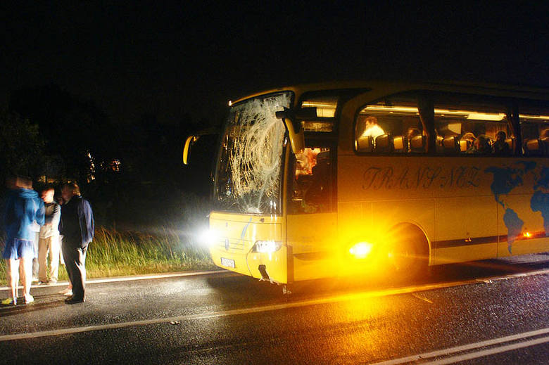W wyniku wymuszenia kierowca autokaru gwałtownie zahamował i uderzył w znak drogowy.