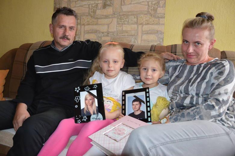 Beata i Artur Krzewicowie co do jednego są zgodni: czas wcale nie leczy ran. Muszą się trzymać dla dzieci Roksany: 6-letniej Wiktorii (z lewej) i 4-letniej Lilianny<br />