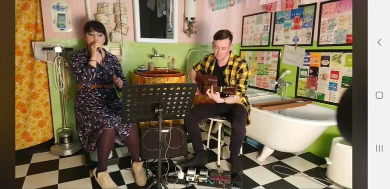 Muzycy z Bydgoszczy, Adrianna Rychwalska i Kris Forbot, zagrali koncert online na rzecz Muzeum Mydła i Historii Brudu