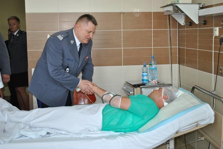 Stan policjanta, który został zaatakowany i raniony podczas interwencji w Biskupinie (gmina Gąsawa) jest stabilny - mężczyzna przebywa w szpitalu, jego