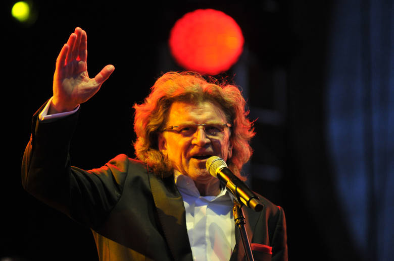 Muzyk, kompozytor, aranżer, piosenkarz, aktor i prezenter telewizyjny. Od końca lat 60. związany z kabaretem Piwnica pod  Baranami i zespołem Anawa,