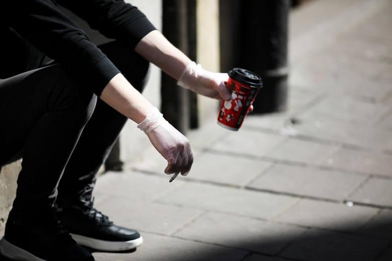 Aby rękawiczki i maseczki ochronne były skuteczne, trzeba wiedzieć, jak je nosić. W przeciwnym razie i tak można się zakazić koronawirusem.