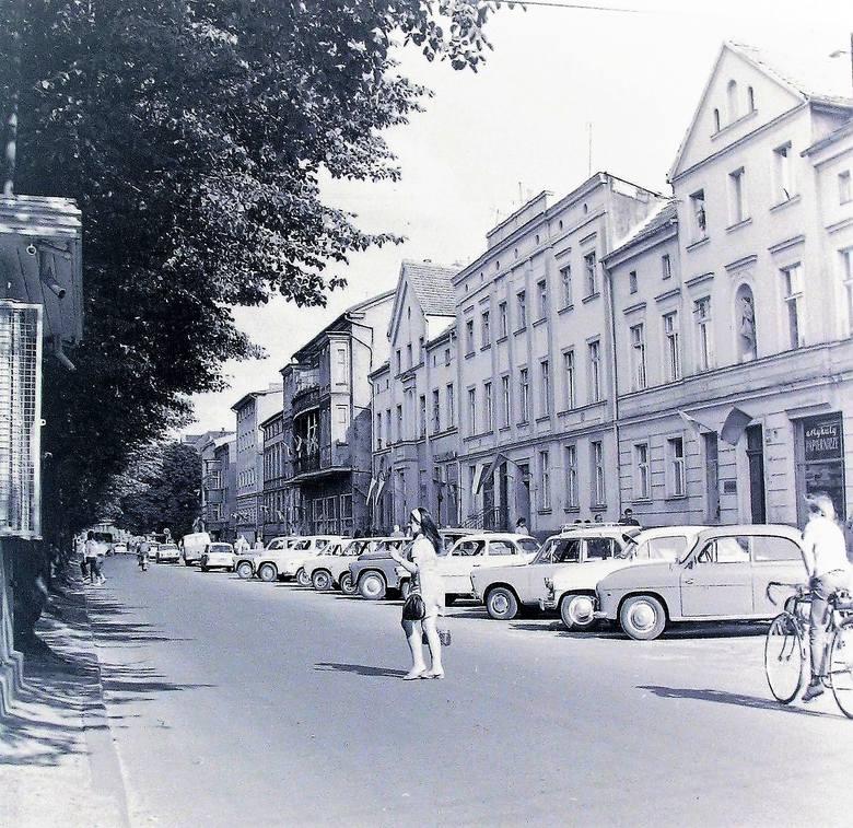 Tak wyglądała latem 1973 roku część zabudowy al. Wojska Polskiego pomiędzy ul. Mickiewicza a Rondem Solidarności, gdzie fasady zdobiły stare rzeźby
