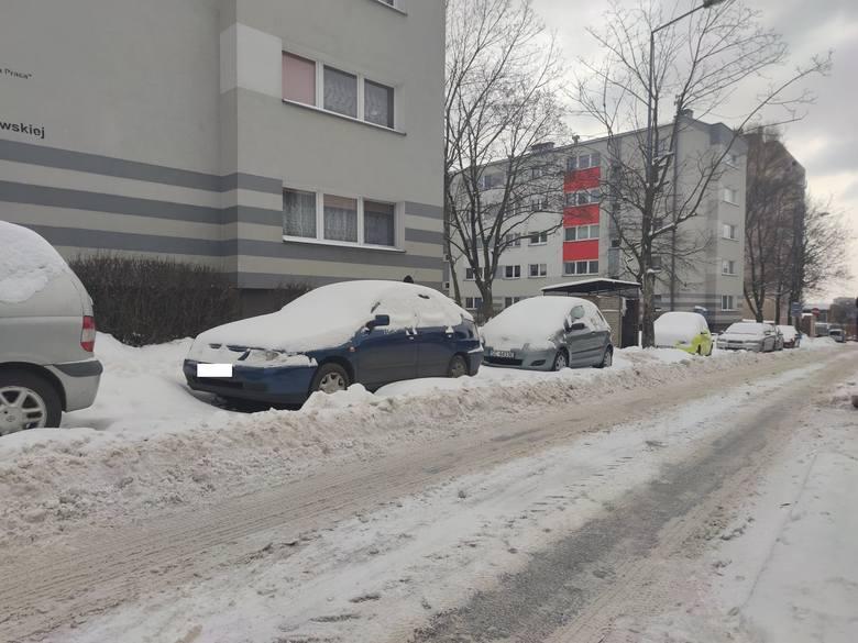 Zasypane osiedla i parkingi w częstochowskiej dzielnicy TysiąclecieZobacz kolejne zdjęcia. Przesuwaj zdjęcia w prawo - naciśnij strzałkę lub przycisk