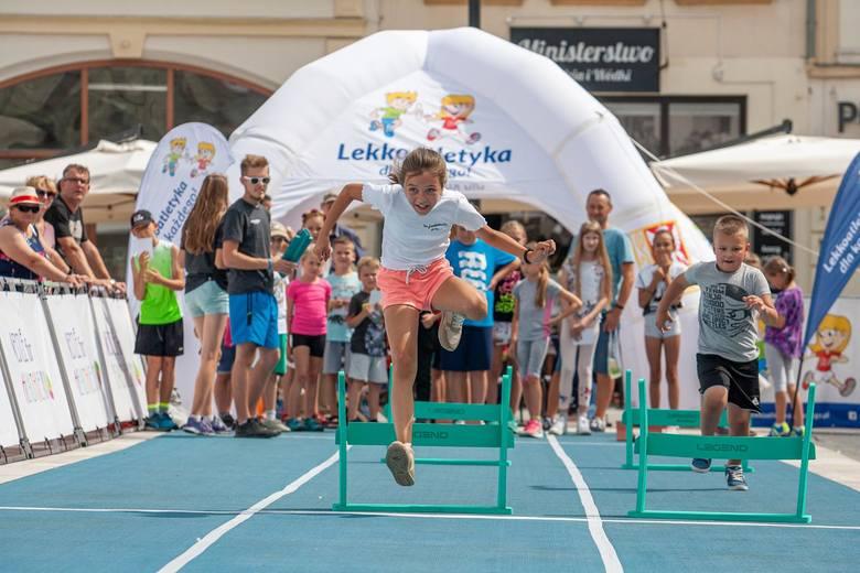 Bieg płaski, bieg przez płotki, skok wzwyż czy rzut do celu – to konkurencje, w których dzieci wraz z opiekunami mogą próbować swych sił w miasteczku