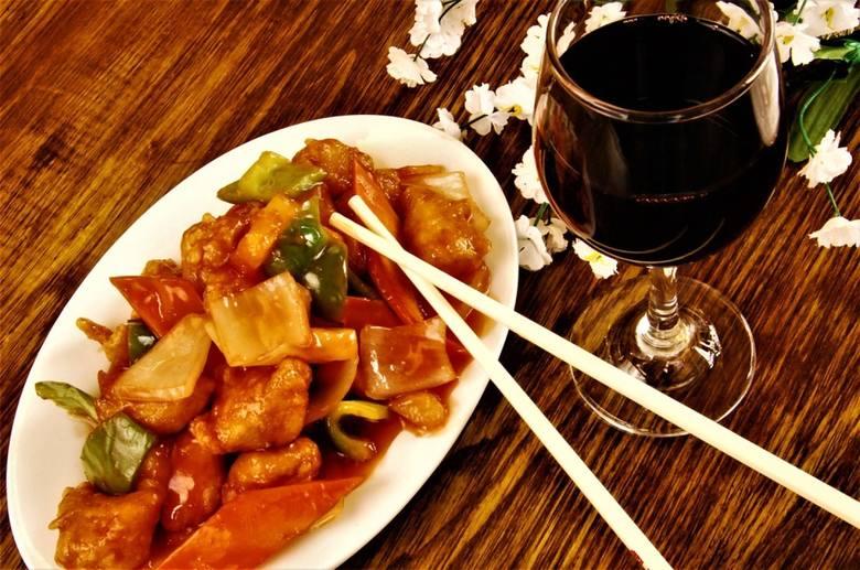 Klienci jedzą mniejsze porcje niż zamówili, droższe mięso jest zastępowane tańszym.