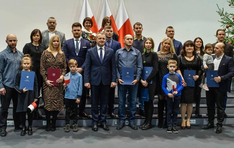 Podczas uroczystości odśpiewano hymn państwowy, a dzieci otrzymały flagę Polski.