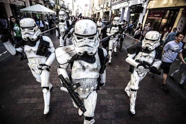 Star Force w Toruniu inaugurowała parada postaci z gwiezdnej sagi, która z orkiestrą Wojewódzkiego Ośrodka Animacji Kultury defilowała ulicami staró