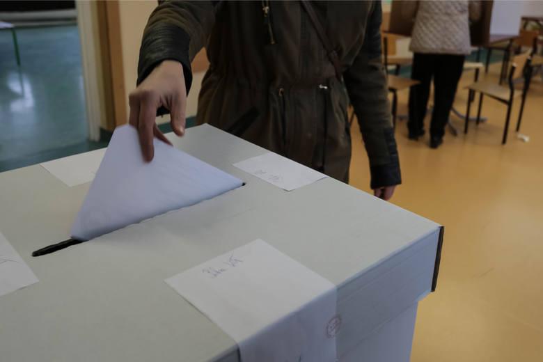 W praktyce może zdarzyć się sytuacja, że nasz adres zamieszkania nie pokrywa się z naszym adresem zameldowania. Jeśli chcemy zagłosować w miejscu zamieszkania,
