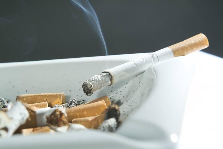 COVID-19: palacze dwa razy bardziej narażeni! Badania dowodzą, że palenie papierosów dwukrotnie zwiększa ryzyko ciężkiego przebiegu choroby