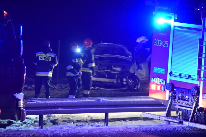 Kierowca lawety pomagał kierującej toyota w usunięciu pojazdu. W momencie kiedy znajdował się pomiędzy pojazdami, holownikiem a toyota, uderzył w nich