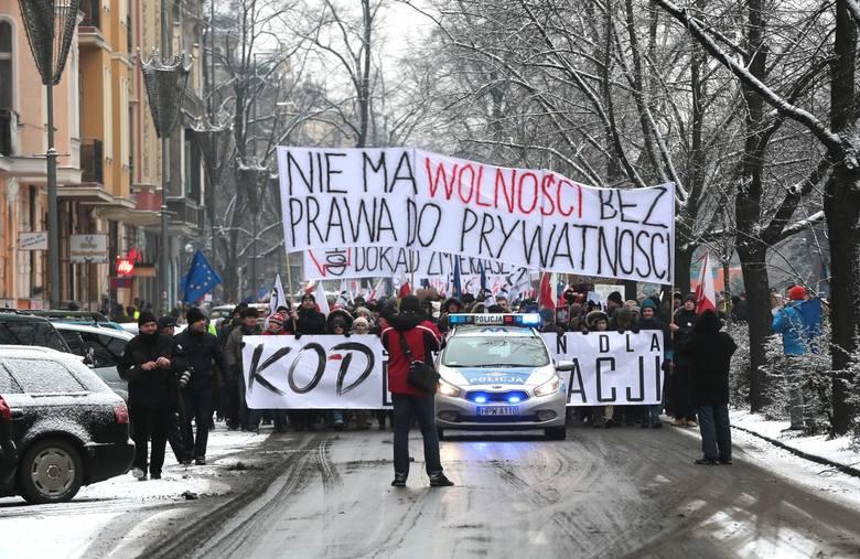 Mimo mrozów, na wezwanie Komitetu Obrony  Demokracji, szczecinianie spotkali się pod pomnikiem Czynu Polaków, by protestować przeciw powołaniu Jacka