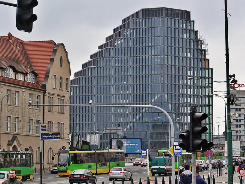 Z biurowca Bałtyk zniknęły rusztowania. Nowy biurowiec w centrum Poznania ukazał się poznaniakom w pełnej krasie. Jednych ten widok zachwyca, innych oburza. Jedno jest pewne - obok Bałtyku nie można przejść obojętnie. Budynek jest widoczny z wielu miejsc w Poznaniu i z każdej strony wygląda...