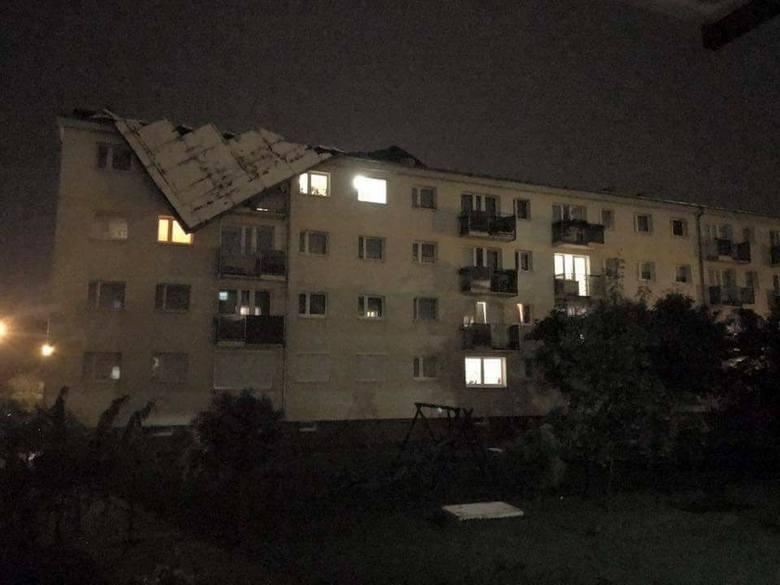 Po przejściu burzy. Zerwany dach w jednym z bloków