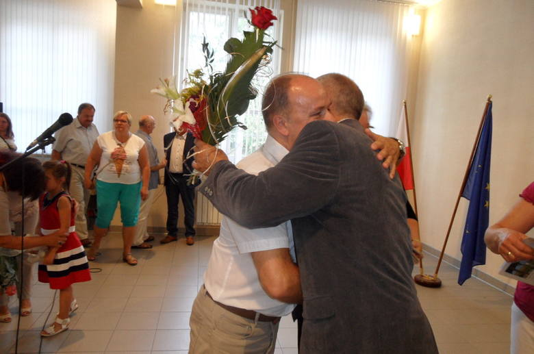 Gratulacje za wydanie książki składa Stanisławowi Raginiakowi sekretarz gminy (z lewej), Jarosław Poznański