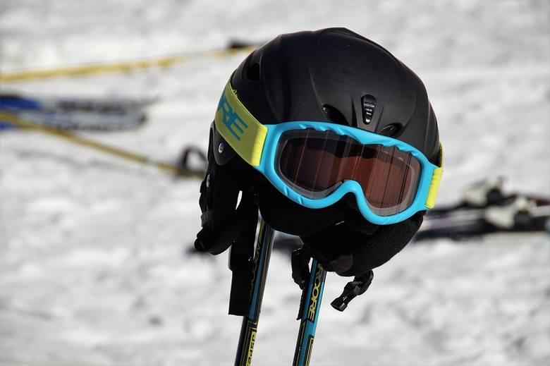 """Kask""""Osoba uprawiająca narciarstwo zjazdowe lub snowboarding na zorganizowanym terenie narciarskim, do ukończenia 16 roku życia, obowiązana"""