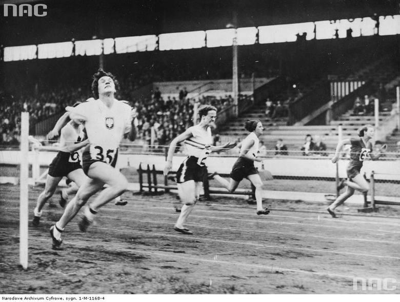 Stanisława Walasiewicz podczas biegu; Zobacz zdjęcie w zbiorach NAC