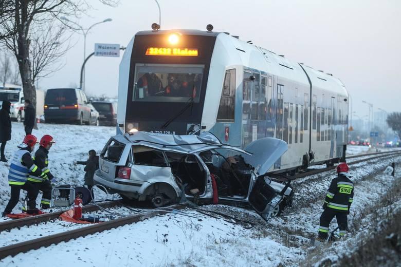 Tragedia na przejeździe kolejowym przy ul. Warszawskiej w Rzeszowie. Volkswagen, którym podróżowały trzy osoby, wjechał wprost pod nadjeżdżający szynobus.