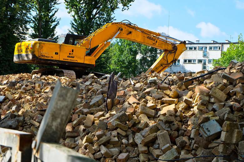 Wyburzanie budynku, w którym mieścił się Wydział Fizyki Uniwersytetu w Białymstoku już trwa. Prace zlecił Rogowski Development. Inwestor szykuje się