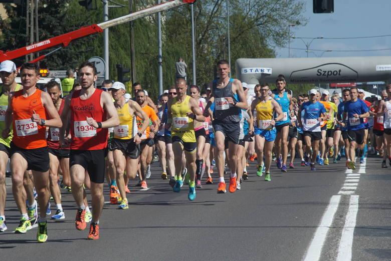 W 7. Biegu 10 km Szpot Swarzędz wzięło udział ok. 2,5 tys. biegaczy.