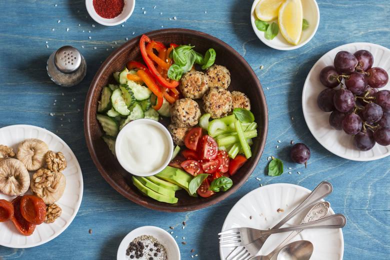 Kolacja to pełnoprawny posiłek, z którego warto nie rezygnować nawet przy odchudzaniu! Wystarczy wybrać odpowiednią porę oraz właściwe produkty i dania,