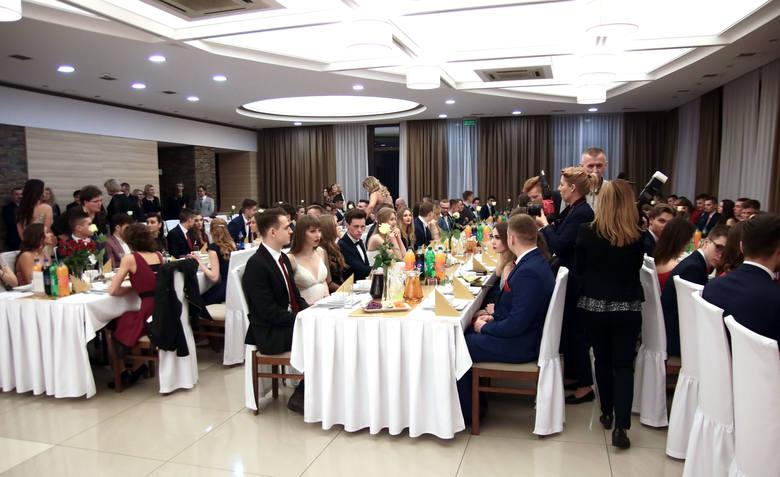 Na ostatniej już studniówce w Grudziądzu bawili się maturzyści z IV LO im. Kazimierza Wielkiego. Bal studniówkowy odbył się w sali restauracji hotelu