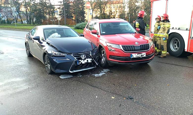 W czwartek (14 listopada) doszło do kolizji w centrum Słupska. Na rondzie Solidarności zderzyły się dwa auta osobowe. Przez kilkadziesiąt minut były
