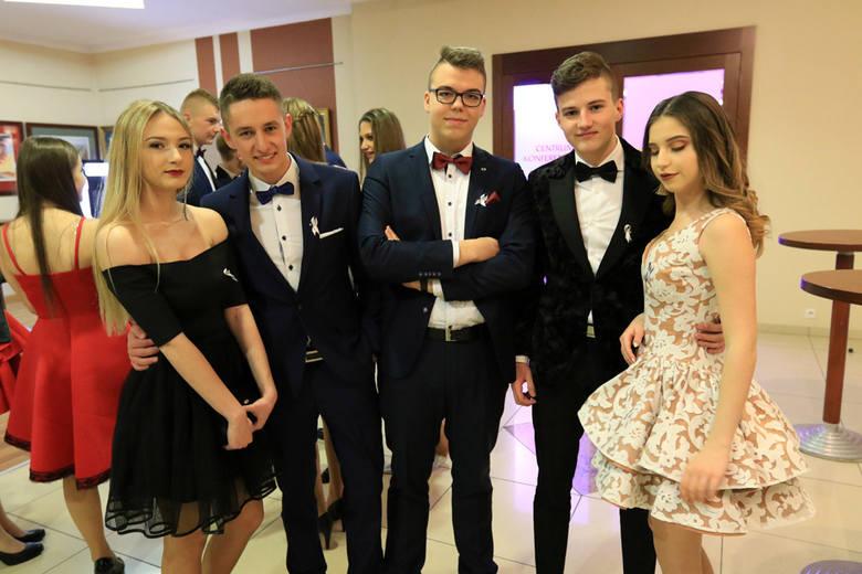 W piątek (9 lutego) swoją studniówkę zorganizowało VIII Liceum Ogólnokształcące w Toruniu. Zobaczcie, jak przyszli maturzyści bawili się na swoim balu!POLECAMYNajładniejsze