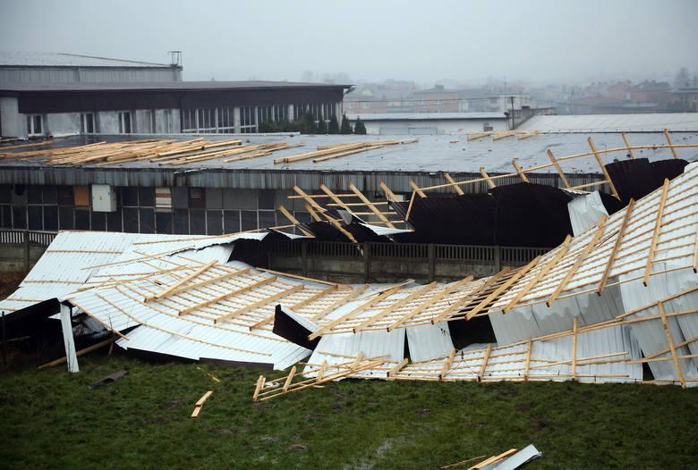 Zerwany dach w Moszczenicy. Wichura spowodowała straty w wysokości 50 tys. zł [ZDJĘCIA]
