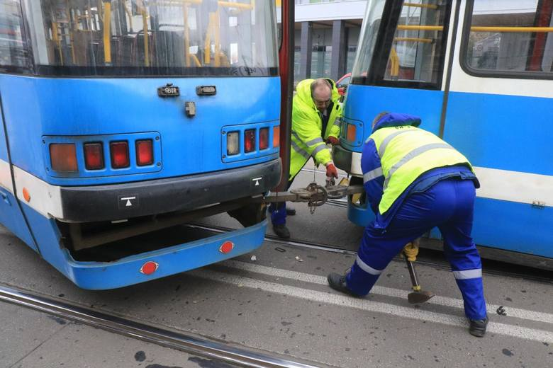 W poniedziałek około godz. 20.30 doszło do wykolejenia się tramwaju na ul. Piotra Skargi. Tramwaje linii 5, 11 skierowano objazdem w obu kierunkach przez