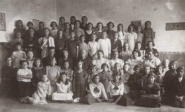 W szkole w Podhajcach. Maria Wojciechowska siedzi obok księdza, z lewej strony