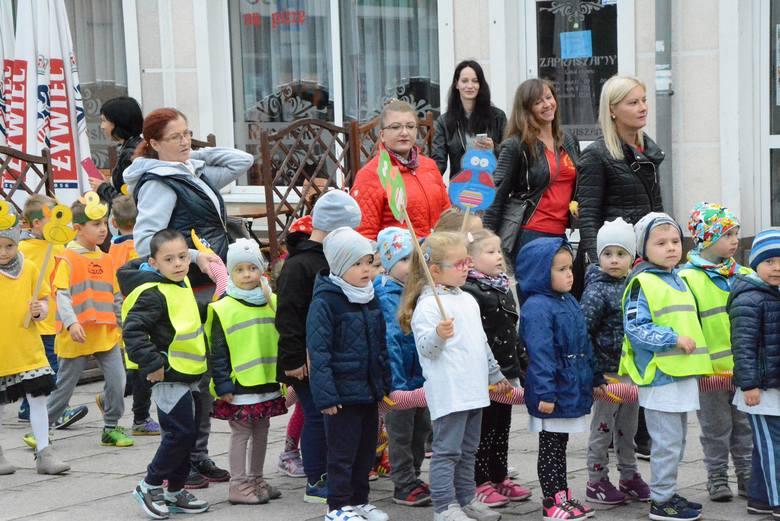 Przedszkolaki z Kożuchowa nie zapomniały o swoim święcie. W ramach ogólnopolskiego dnia przedszkolaka na rynku miejskim w Kożuchowie pojawiły się w barwnych