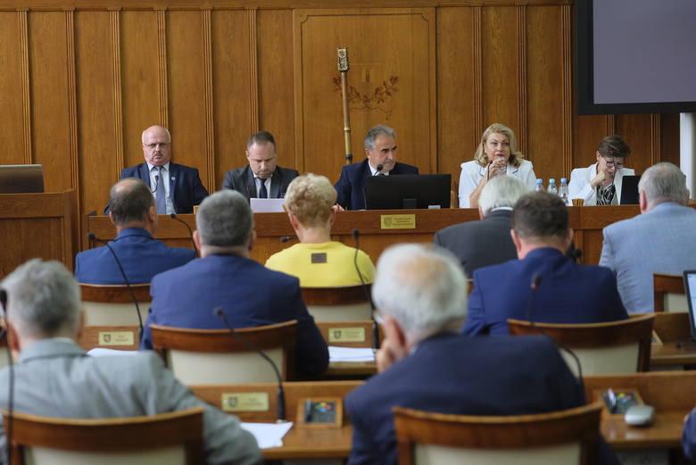 Ile wynoszą diety radnych Sejmiku Województwa? Ile zarabiają członkowie zarządu województwa i dyrektorzy departamentów w Urzędzie Marszałkowskim w Toruniu?