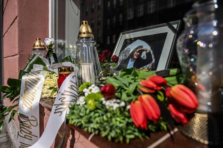 Kwiaty i znicze przy pracowni Macieja Kosycarza w Gdańasku