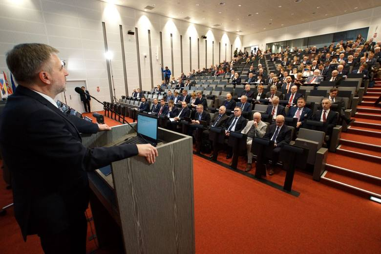 Marek Woźniak, marszałek województwa wielkopolskiego podkreśla, że najwięcej pieniędzy brakuje na finansowanie edukacji oraz służby zdrowia. Przyznaje, że samorządy mają do czynienia z realnym kryzysem.