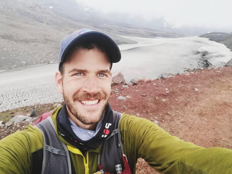 """Szymon Makuch nazywa to zdjęcie """"radość dnia jedenastego"""". Po 620 kilometrach przebytych wzdłuż Islandii dobiega do mety w pobliżu wodospadu Skógafoss<br />"""