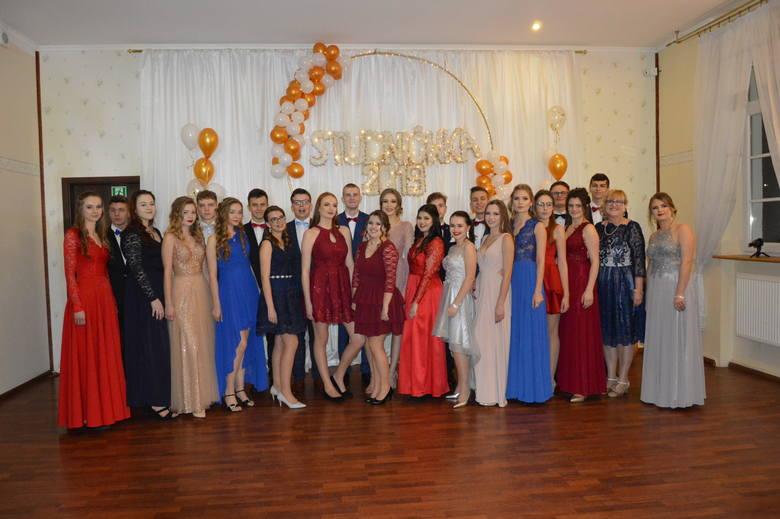 Swój pierwszy bal uczniowie dwóch klas Liceum Ogólnokształcącego w Zespole Szkół Ekonomicznych przetańczą w sali balowej restauracji hotelu Chopin w