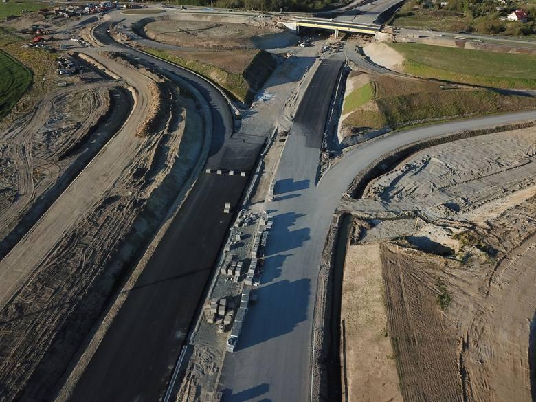 W naszym regionie trwa realizacja drogi ekspresowej S6. Zobaczcie najnowsze zdjęcia z prac prowadzonych na odcinku Kołobrzeg Zachód-Ustronie Morskie.Zobacz