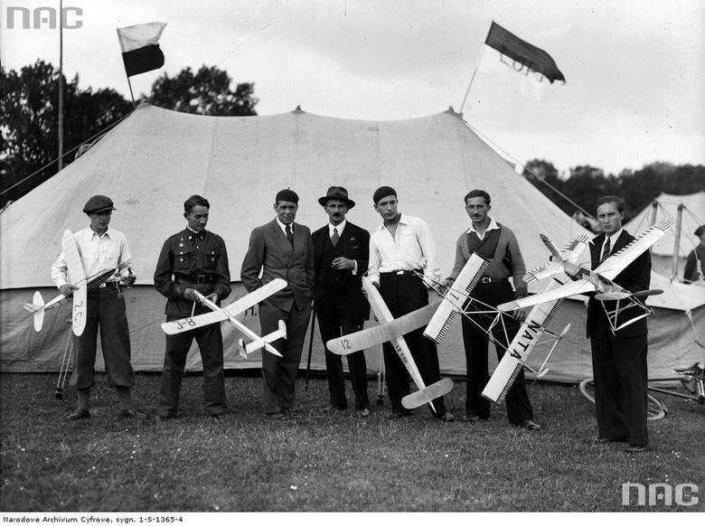 Konkurs modeli latających w Krakowie. Stoją od lewej: Jastrzębski, Hejduk, Kazimierz Błaszczyński, Wesołowski, Wojnowski, Pietrzyk