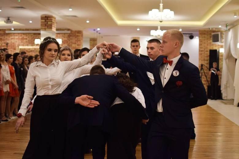 Piękni, młodzi i zdolni czyżewscy maturzyści bawili się w Gościńcu Jagoda w Ciechanowcu.